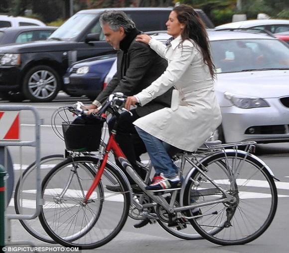 фото жены на велосипеде